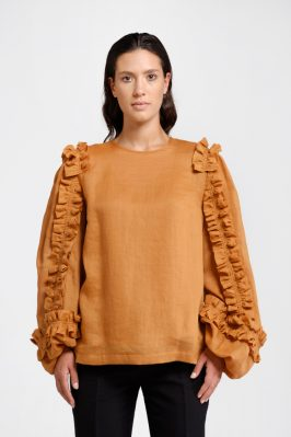 Trame di Stile: blouse in ocher-colored nettle. Comfortable and elegant, this garment represents the right balance between ethic and aesthetic.