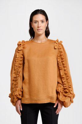 Trame di Stile: blusa in ortica color ocra. Confortevole ed elegante, questo capo rappresenta il giusto equilibrio tra etica ed estetica
