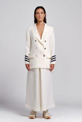 giacca in canapa naturale con dettagli sulle maniche